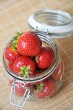 Reife saftige Erdbeere Stockfotos