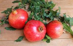 Reife saftige Früchte des Granatapfels auf dem Holztisch Lizenzfreies Stockbild