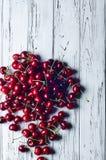 Reife saftige süße Kirschen auf weißem Holztisch Stockfotos