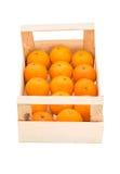 Reife, saftige Tangerinen in einer Holzkiste gestapelt in einer einer Reihe Lizenzfreies Stockfoto