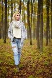 Reife schöne Dame im Freien Stockfoto
