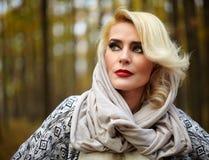 Reife schöne Dame im Freien Lizenzfreie Stockfotos