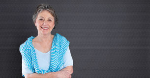 Reife Schönheit - ältere Frau lokalisiert auf schwarzem backgroun Stockbild