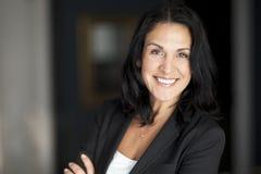 Reife spanische Geschäftsfrau-Smiling At The-Kamera Stockbilder