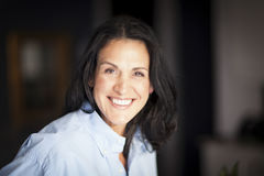 Reife spanische Geschäftsfrau-Smiling At The-Kamera im Büro Lizenzfreie Stockfotografie
