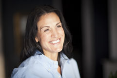 Reife spanische Geschäftsfrau-Smiling At The-Kamera im Büro Stockbilder
