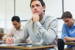 Reife Studenten, die Kenntnisse im Klassenzimmer nehmen Lizenzfreie Stockbilder