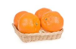 Reife Tangerine-Früchte im Korb getrennt auf Weiß Lizenzfreie Stockfotos