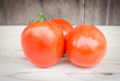 Reife Tomaten auf hölzernem Hintergrund Stockfotos