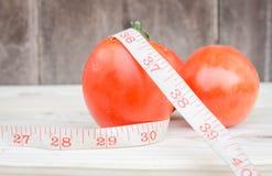 Reife Tomaten auf hölzernem Hintergrund Lizenzfreie Stockfotografie