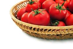 Reife Tomaten in einem Korb. Stockfoto