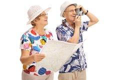 Reife Touristen mit einer generischen Karte und einer Kamera Stockbilder