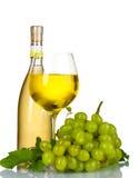 Reife Trauben, Weinglas und Flasche Wein Stockbild
