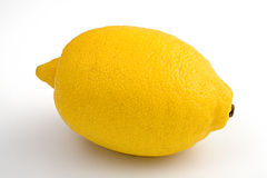 Reife Zitrone getrennt auf Weiß Lizenzfreie Stockbilder