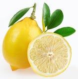 Reife Zitrone mit Scheiben und Blättern. Stockfoto