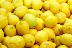 Reife Zitronen für Limonade Stockbilder