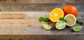 Reife Zitrusfrucht auf dem alten Holztisch Orange, Kalk, Zitronen-Minze Gesunde Nahrung Blaues Meer, Himmel u stockfotos