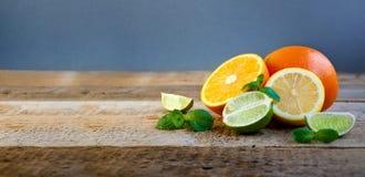 Reife Zitrusfrucht auf dem alten Holztisch Orange, Kalk, Zitronen-Minze Gesunde Nahrung Blaues Meer, Himmel u lizenzfreies stockfoto