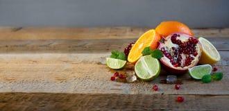 Reife Zitrusfrucht auf dem alten Holztisch Orange, Kalk, Zitronen-Minze Gesunde Nahrung Blaues Meer, Himmel u lizenzfreies stockbild