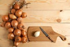 Reife Zwiebeln und Holz Stockfotografie