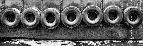 Reifen auf Seite des Bootes stockbild
