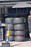 Reifen des Autos F1 in der Gruben-Garage lizenzfreie stockfotos