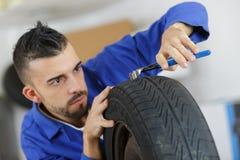 Reifen, die für Verkauf oder Verlegenheit im Shop regeln stockbilder