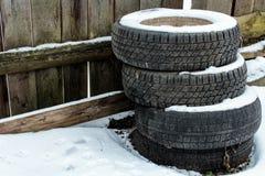 Reifen für Autos im Hintergrund des Zauns stockbild