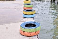 Reifen am Hafen stockfotos