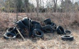 Reifen illegal entleert auf einem Gebiet Stockfotos