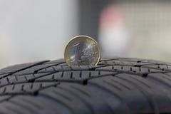 Reifen-Schritt mit einem 1 Euro Cion Lizenzfreies Stockfoto