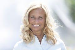 Reifen Sie das recht blonde Frauenlächeln Lizenzfreie Stockbilder
