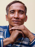 Reifen Sie den asiatischen Mann, der Kamera lächelt und betrachtet Stockfotografie