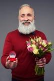 Reifen Sie den bärtigen Mann, der Antrag mit Verlobungsring macht Lizenzfreie Stockbilder