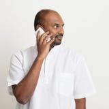 Reifen Sie den indischen Mann des zufälligen Geschäfts, der am Telefon spricht Lizenzfreie Stockfotografie