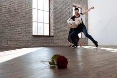 Reifen Sie den Tanzlehrer, der mit Greisin am Ballsaal tangoing ist Stockfotografie