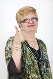 Reifen Sie die Frau, die Daumen aufgibt Lizenzfreie Stockfotos