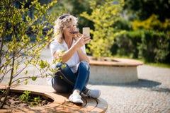 Reifen Sie die Frau, die ein selfie beim Genießen von donught anklickt Lizenzfreies Stockfoto