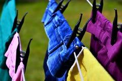 Reifen Sie die Frau, die Wäscherei tut stockfoto