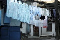 Reifen Sie die Frau, die Wäscherei tut lizenzfreie stockfotos