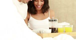 Reifen Sie die Paare, die bereit sind, zu frühstücken stock video footage