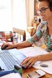 Reifen Sie die unabhängige Geschäftsfrau, die ihre Buchhaltung vom Haus tuend beschäftigt ist Lizenzfreie Stockfotografie