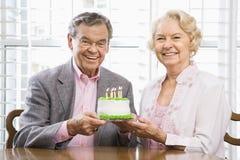 Reifen Sie Paare mit Kuchen. Stockbilder