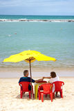 Reifen Sie Paare am Strand Stockfoto