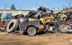 Reifen und Metallabfälle auf Stapel Lizenzfreie Stockfotos