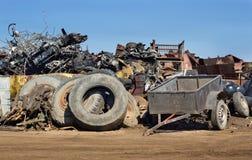 Reifen und Metallabfälle auf Stapel Lizenzfreie Stockbilder