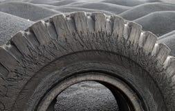 Reifenabdeckung unter dem schwarzen Sand lizenzfreie stockbilder