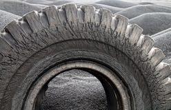 Reifenabdeckung unter dem schwarzen Sand stockbild