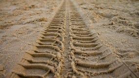 Reifenbahn auf Sand Stockfotos