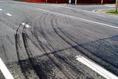 Reifenbahnen auf einer heißen Straße Lizenzfreies Stockfoto